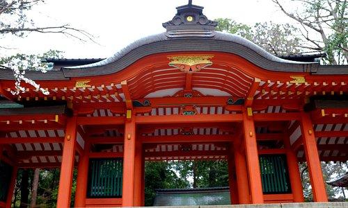 鮮やかな赤の総門