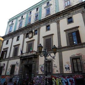 Il palazzo dell'Università che si affaccia sul Largo