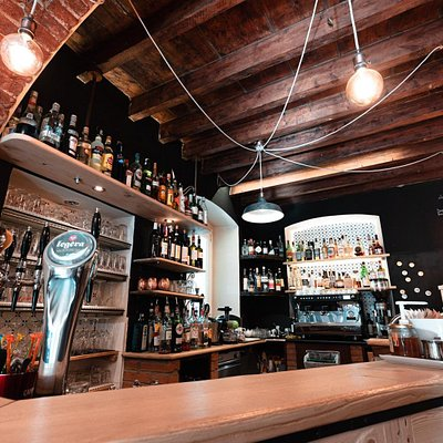 Bancone bar con 6 vie di birra alla spina
