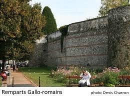Avec les rangs de brique de la construction gallo romaine