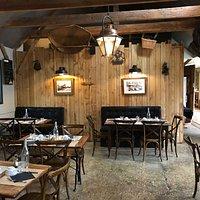 salle de restaurant situé dans la grange ou se situe le poêle.  cette pièce donne directement sur la terrasse.
