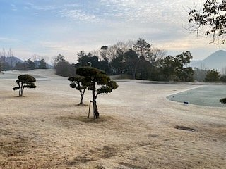 コースの様子です。朝、霜が降りていました。