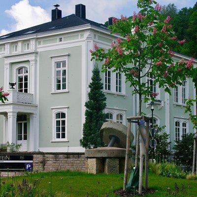 Die grüne Gutsvilla des Historismus ist das Wahrzeichen des Gut Zumstein und weit über die Stadtgrenzen bekannt.