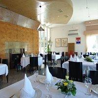 Novi dio restorana ČAPORICE1965/ hotela Sv.Mihovil  sa prekrasnim pogledom na rijeku Cetinu.
