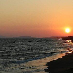 Spiaggia costa selvaggia al tramonto