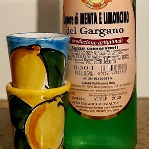 Un ottimo digestivo,da servire ghiacciato..dal Gargano Liquore Menta e Limoncino 🍋