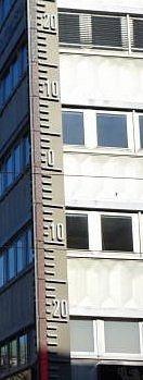 El termómetro de neón de 18 m. de la fachada es de 1945