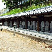 軽ぢあの反対側にも沢山の石仏が並んでいます。