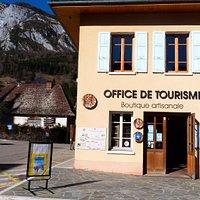 L'office de tourisme, en plein cœur du village, au milieu des montagnes (ici Roche Veyrand)