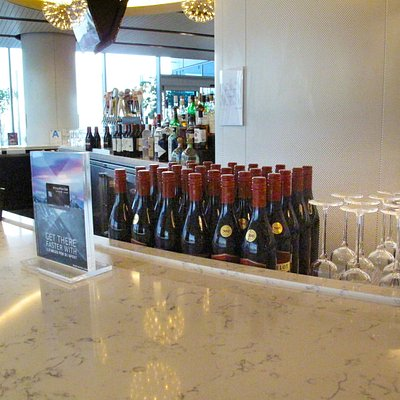 United Club in T-7 at LAX - Interior - Partially Bar Area