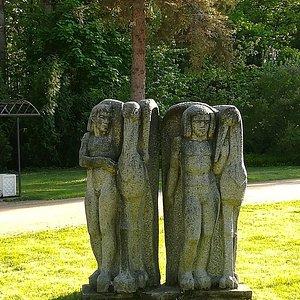 """Скульптура """"Люди и птицы"""", ЦПКиО Зеленогорска, июнь."""
