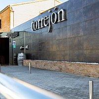 Entrada principal de Restaurante Torrejón en Zaragoza, con amplio aparcamiento gratuito. Abierto de lunes a viernes de 6:30h a 18:00h