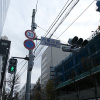 江戸時代に仙台城の城下町の中心であった十字路があった場所だそうです。 信号機には「芭蕉の辻」と言う表記がありました。