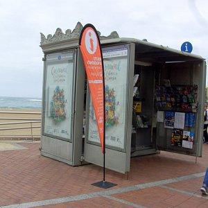 Das kann man an der Playa de los Conteras sehen.... Auf dem Promenaden-Weg-Paseo las Conteras... Kiosk Tourist Information...