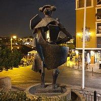 Vue de nuit et depuis le pont, de la statue, de la Giralda et de la petite place.