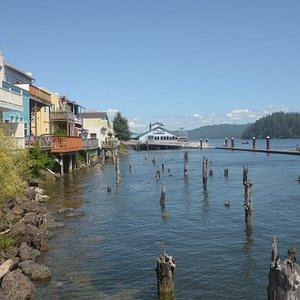 il fiume e la riva con le case