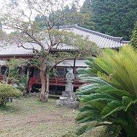 硯山長福寺:本堂、赤いアクセントが良いですね。
