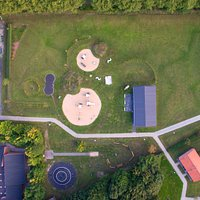Aktivitetspark med skaterbane - 2 stk legetårne - tarzanbane og aktivitetshus til 100 personer