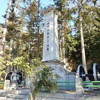 この石碑は仙台鉄道管理局によって建てられたもので、鉄道建設で殉職した方を慰霊したものです。 とっても立派な石碑の両側には電車の車輪のようなものがありました。