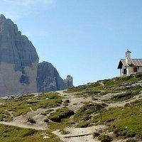 La chiesetta con la Cima Ovest di Lavaredo