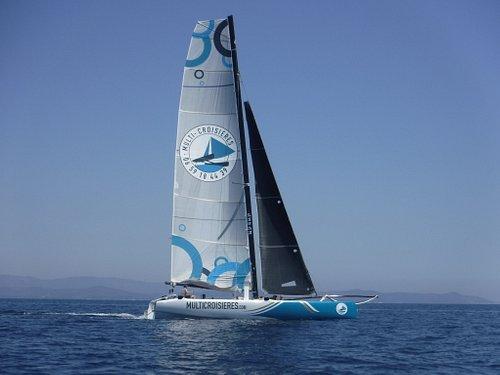 Voici notre catamaran! à la fois spatieux et rapide, il nous permet d'accéder  aux plus belles criques de notre archipel!