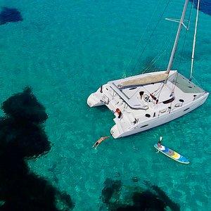 Catamarano Twin Blue di 12 metri della portata di 12 persone in escursione o gita all'Asinara nell'Area Marina Protetta AMP pranzo a bordo tuffi snorkeling del Windsurfing Center Stintino