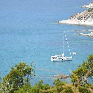 Hansiosa ormeggiata in rada davanti alla spiaggetta di Cumpultittu, Bosa