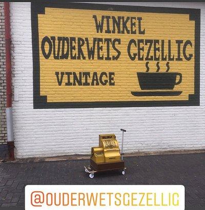Shop in shop vol vintage uit de jaren '60 en '70 met gezellige koffiehoek in vintage style