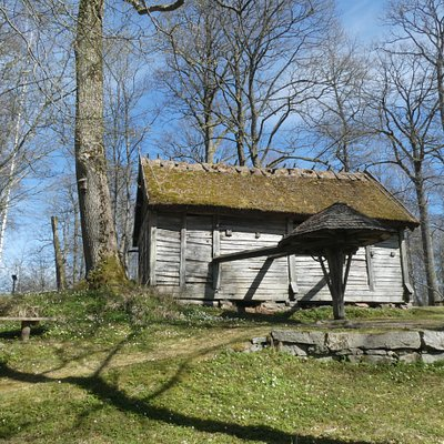Äldre byggnad i Gräfsnäs Slottspark utanför Sollebrunn