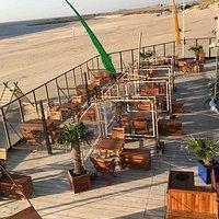 Het aangepaste terras Beachclub Perry's, strand Brouwersdam.