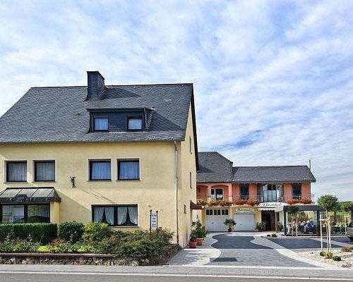 Hofansicht Moselweingut & Gästehaus Hubertushof in Trittenheim mit Vordermann- und Hinterhaus, kostenlose Parkplätze befinden sich direkt im Hof