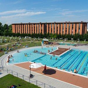 L'area estiva è dotata di un'ampia area verde allestita con 200 ombrelloni e lettini, un campo da beach volley, un'area green per l'allenamento e un'area ristoro.