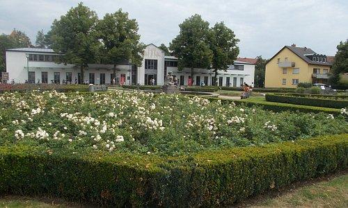 庭園奥の建物です。