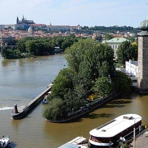 L'isolotto Slovansky con la torre idrica e la galleria Manes: vista dall'alto