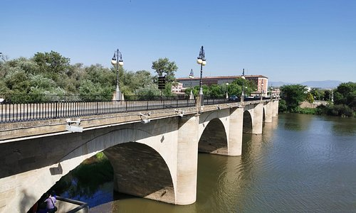 It is one of the four bridges over the Ebro in Rioja.