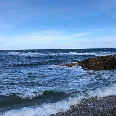 Le onde s'infrangono sugli scogli della Punta Bassano ..... 🌊  The waves break on the rocks of Punta Bassano .... 🌊