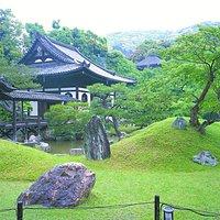高台寺庭園です。臨済宗として最初の和尚様である三江紹益禅師を祀る開山堂をはじめ、秀吉公の菩提とねね様が眠る霊屋など1606年の創建当時より残る数々の重要な堂宇があります。