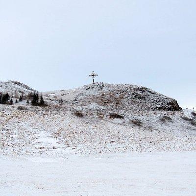 großes Kreuz auf dem Hügel gegenüber der Úlfljótsvatns kirkja