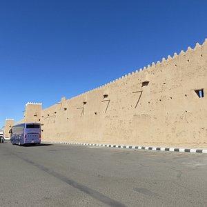 Al-Qishla Palaceの西側。駐車場は広め。