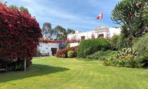 Fachada del Museo Larco desde los jardines y terraza del restaurante.