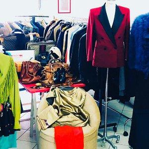 Interno del fantastico Show-room di abbigliamento vintage, borse ed accessori