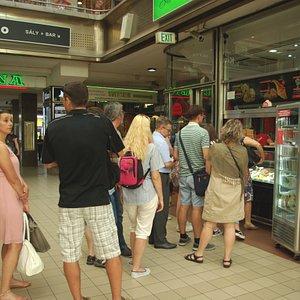 In fila per un gelato all'interno della galleria
