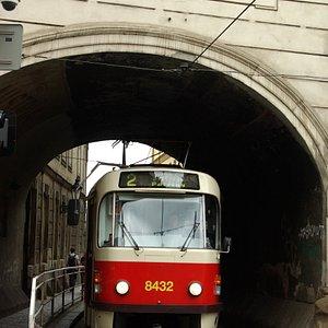 Tram all'angolo con la via Karlova