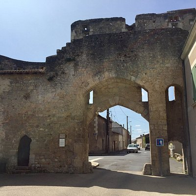 Ancienne aumônerie devenue hôpital et aujourd'hui salle de spectacle. L'hôpital pris la place de l'aumônerie au 15ème siècle, ayant pour fonction d'accueillir les voyageurs malades avant qu'ils entrent dans la ville. Pour cette raison, l'emplacement près de la porte Saint-Jean était judicieux. L'ensemble porte et hôpital peut être un complément de visite gratuit aux visiteurs du château et de la collégiale.
