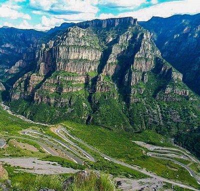 Este es el punto conocido como La Bufa. Es una imagen del descenso desde el mirador hacia el fondo de la Barranca de Batopilas.