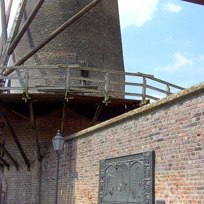 Siegfried Relief- Nordwall-Stadtmauer,direkt neben der Kriemhild Mühle.