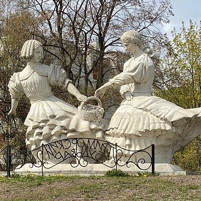 """Скульптурная композиция """"Две сестры"""", Приморский проспект, 290, Сестрорецк."""