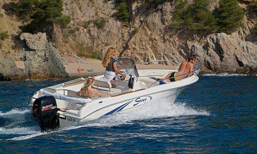 Familia navegando con la lancha.
