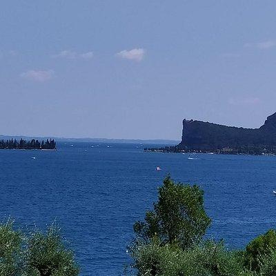Cartolina dal Lago di Garda: la Rocca di Manerba e l'isola di San Biagio..