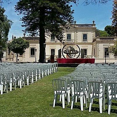 Montaje para un acto de Graduación en Junio 2019. Un lugar excepcional para todo tipo de actos al aire libre, en jardines históricos protegidos. Al fondo la fachada neoclásica-victoriana del museo PALACIO DEL TIEMPO